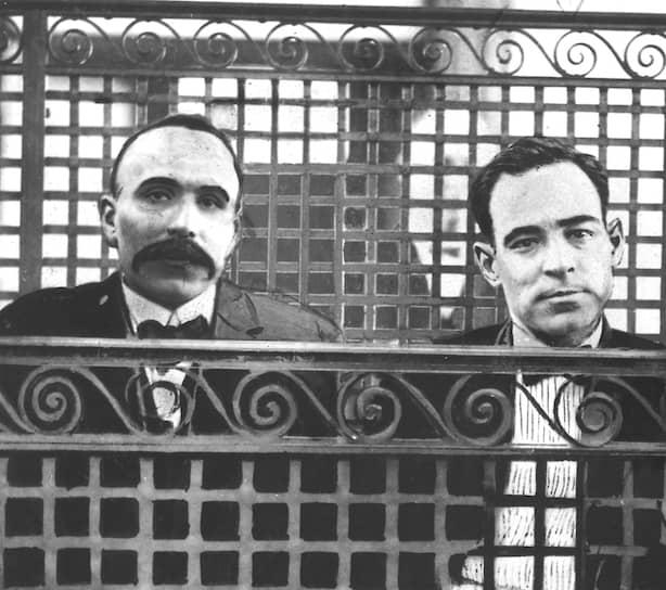 Бартоломео Ванцетти (слева) и Никола Сакко в зале суда, 12июля 1927-го