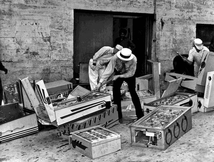 Служба маршалов уничтожает пинбольные автоматы, 1940