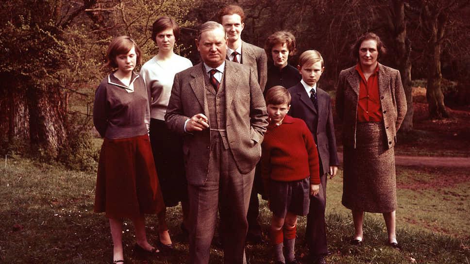 Ивлин Во с женой и детьми, 1959. Слева направо: Маргарет (17 лет), Тереза (21 год), Оберон (20 лет), Харриет (15 лет), Джеймс (13 лет) и Септимус (9 лет)