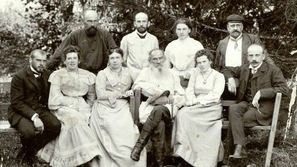 Лев иСофья Толстые сдетьми, 1903. Слева направо стоят: Илья (37 лет), Лев (34 года), Александра (19 лет) иСергей (40 лет); слева направо сидят: Михаил (24 года), Татьяна (39 лет), Мария (32 года) иАндрей (26 лет)