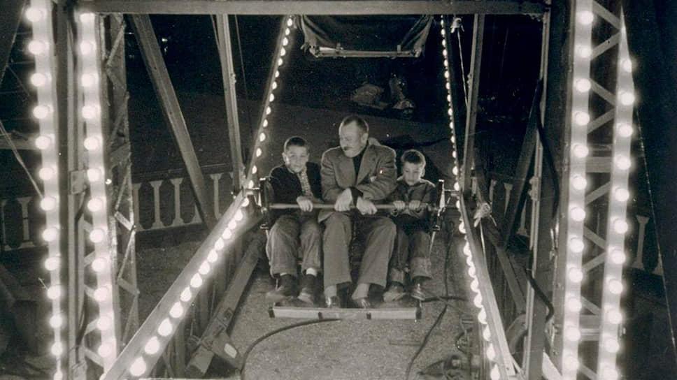 Джон Стейнбек с сыновьями, 1954. Слева направо: Томас (10 лет) и Джон IV (8 лет)