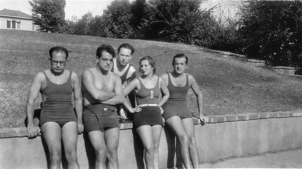 Луис Бунюэль (второй слева) на вилле Чарли Чаплина в Голливуде, 1930