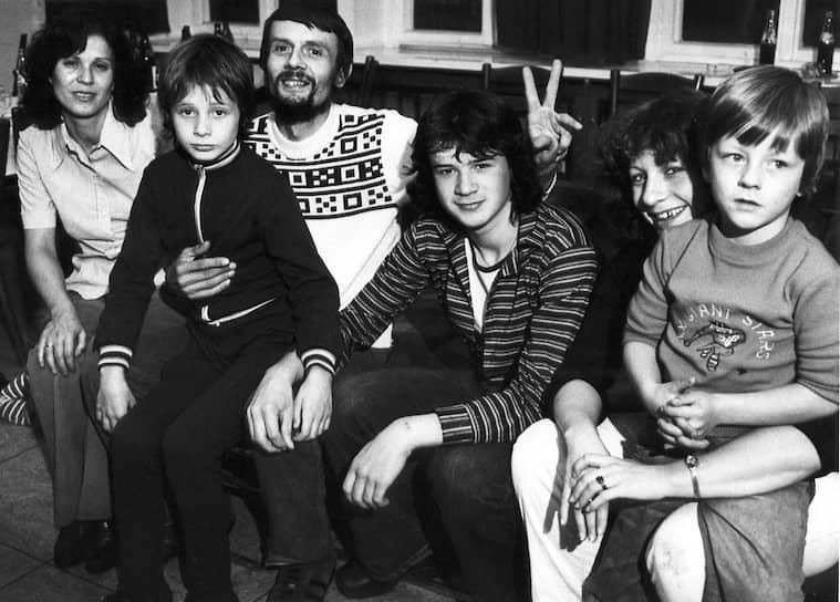 Слева направо: Дорис, Андреас, Петер и Франк Стрельчик, Петра и Андреас Ветцель в лагере Красного креста в Баварии после удачного побега, 17 сентября 1979