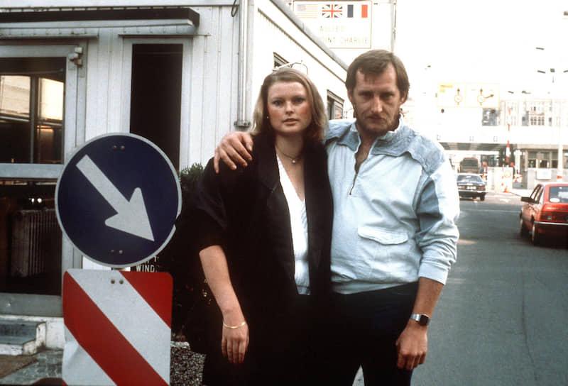 Мартина Лей и Ханс-Йоахим Пофаль на западной стороне КПП Checkpoint Charlie сразу после удачного побега, 29 августа 1986