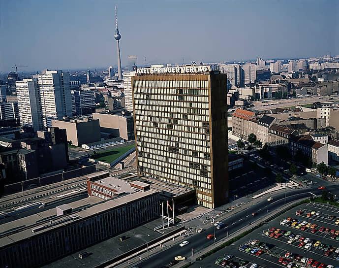 Вид c крыши высотного дома на Лейпцигерштрассе на штаб-квартиру концерна Акселя Шпрингера в Западном Берлине