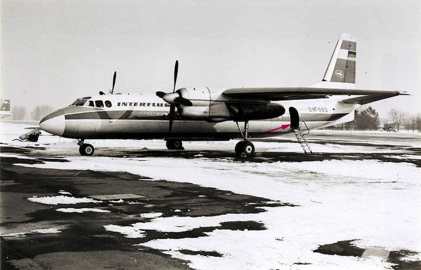 Самолет АН-24 в аэропорту Шёнефельд после неудачной попытки угона супругами Вехаге, оперативная съемка МГБ ГДР, 10марта 1970