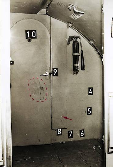 Следы от выстрелов на двери кабины пилота, в которую пытался прорваться Экхард Вехаге, оперативная съемка МГБ ГДР, 10марта 1970