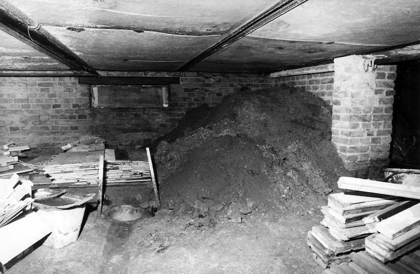 Подвал в доме Мюллеров — начало тоннеля и склад рабочих инструментов и строительных материалов. Оперативная съемка МГБ ГДР, 26июля 1973