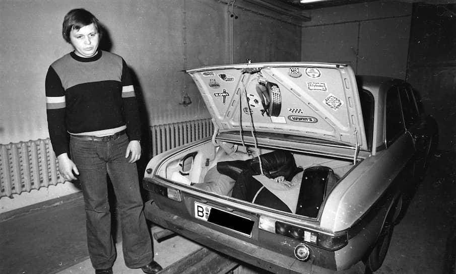Хартмут Рихтер демонстрирует укрытие для беглецов в багажнике своего автомобиля во время следственного эксперимента. Оперативная съемка МГБ ГДР, 4 марта 1975