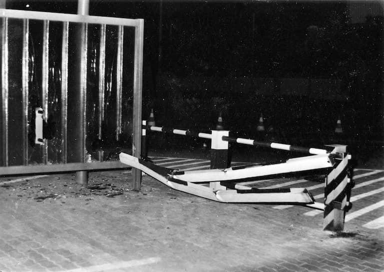 Проломленное грузовиком заграждение КПП, оперативная съемка МГБ ГДР, 29 августа 1986