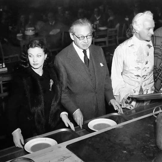 Вивьен Ли, Александр Корда и Дэвид Нивен в столовой киностудии Shepperton Studios, 1947