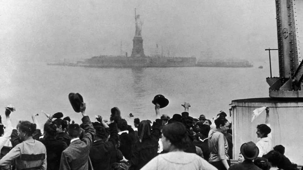 Европейские эмигранты на пароходе в Нью-Йоркской бухте, 1915