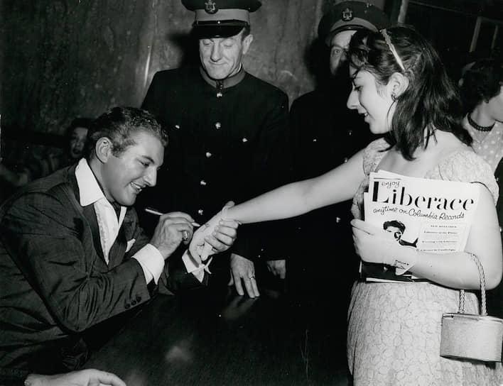 Либераче (слева)