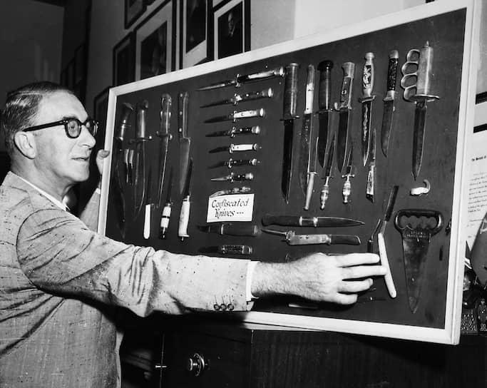Эстес Кефовер у стенда с конфискованными ножами, 1957