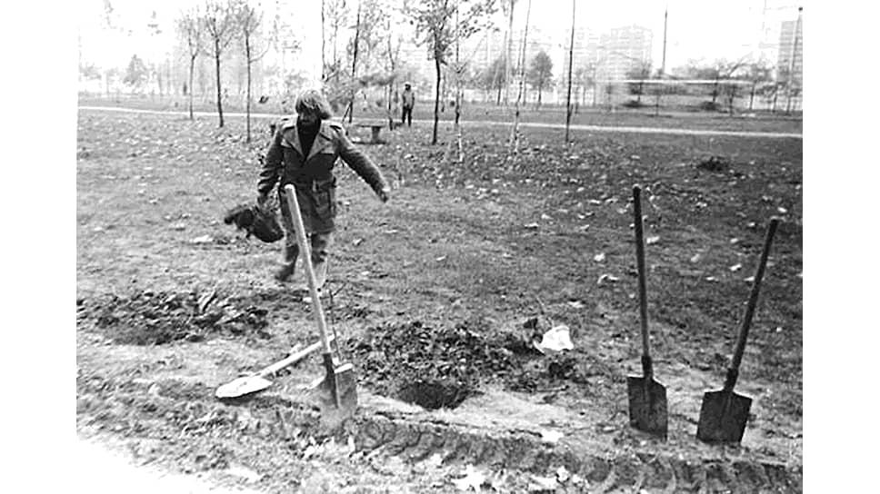 Группа ТОТАРТ. Акция «Субботник по закладыванию аллеи Авангарда» из серии «Комендантские работы», 1982
