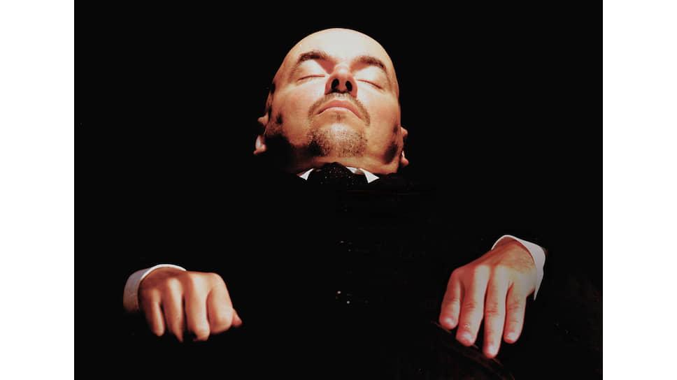 G.R.A.M. «Лежит, забальзамированный. Тело Ленина в Мавзолее на Красной площади в Москве до сих пор остается туристической достопримечательностью. Но очереди становятся короче». 2006