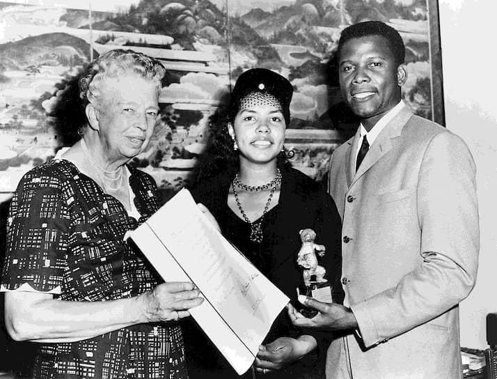 Элеонора Рузвельт и Сидни Пуатье с женой на вручении премии Берлинского кинофестиваля, 1958