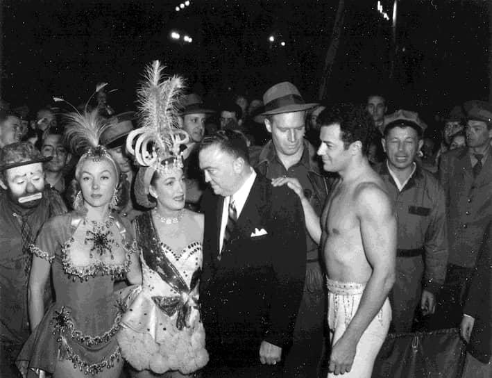 Джон Гувер на съемках фильма «Величайшее шоу мира», 1951