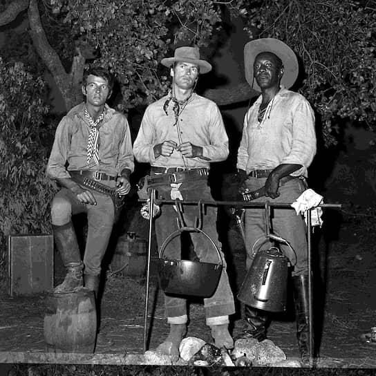 Слева направо: Дэвид Уотсон, Клинт Иствуд и Раймон Сен-Жак на съемках «Сыромятной плети», 1965