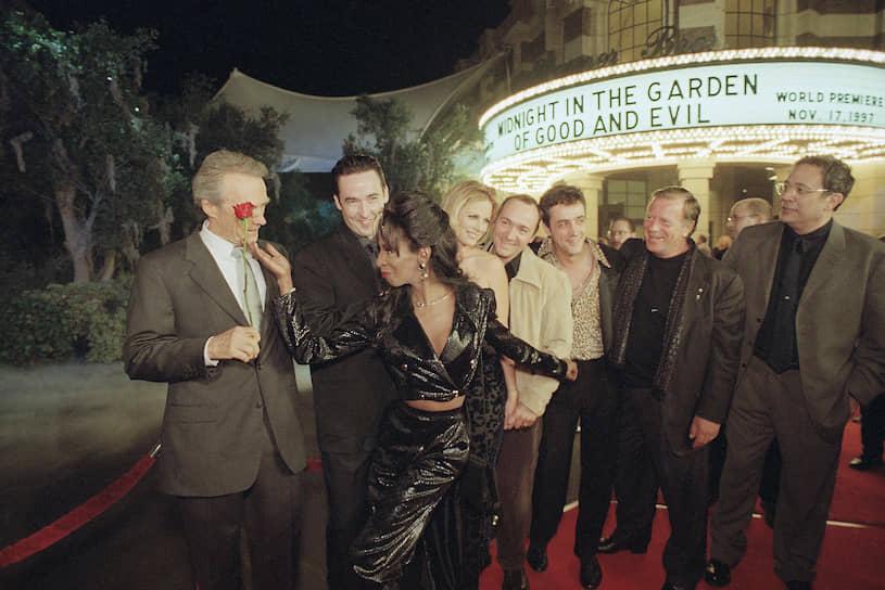 Слева направо: Клинт Иствуд, Леди Шабли, Джон Кьюсак, Элисон Иствуд, Кевин Спейси, Пол Хипп и Джек Томпсон на премьере «Полночи в саду добра и зла», 1997