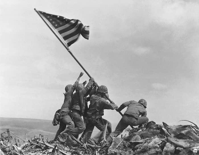 Джо Розенталь. «Водружение флага над Иводзимой», 1945