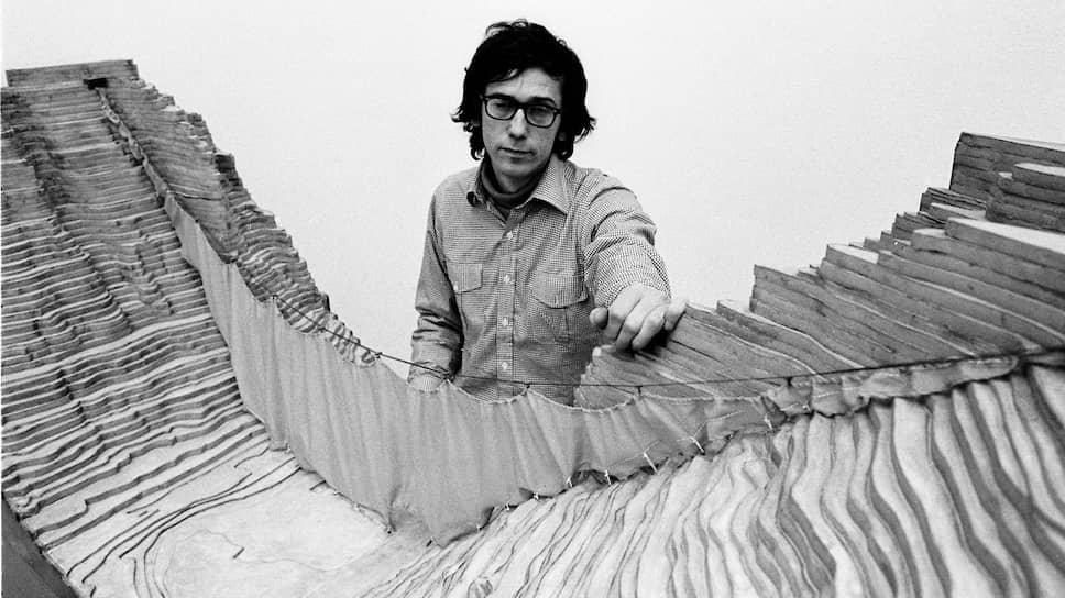 Христо и модель «Занавеса», 1973