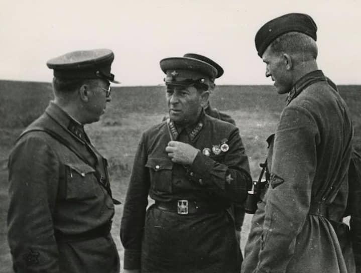 Армейский комиссар 1-горанга Лев Мехлис (в центре) на боевых учениях, 1940-е