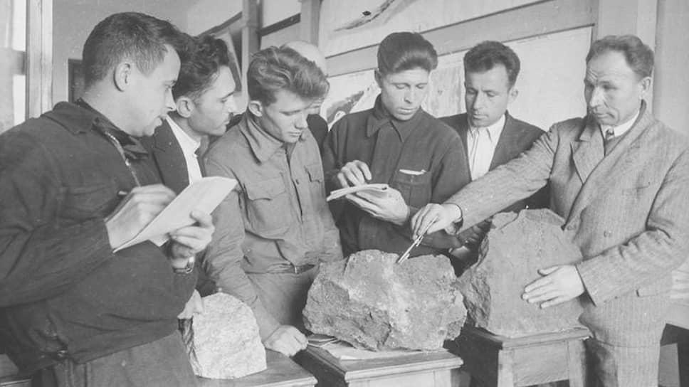 Занятия в геологическом кабинете техникума. Магнитогорск, 1937год