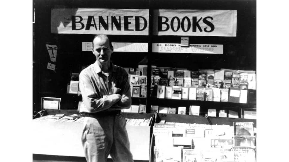 Лоуренс Ферлингетти возле своего книжного магазина