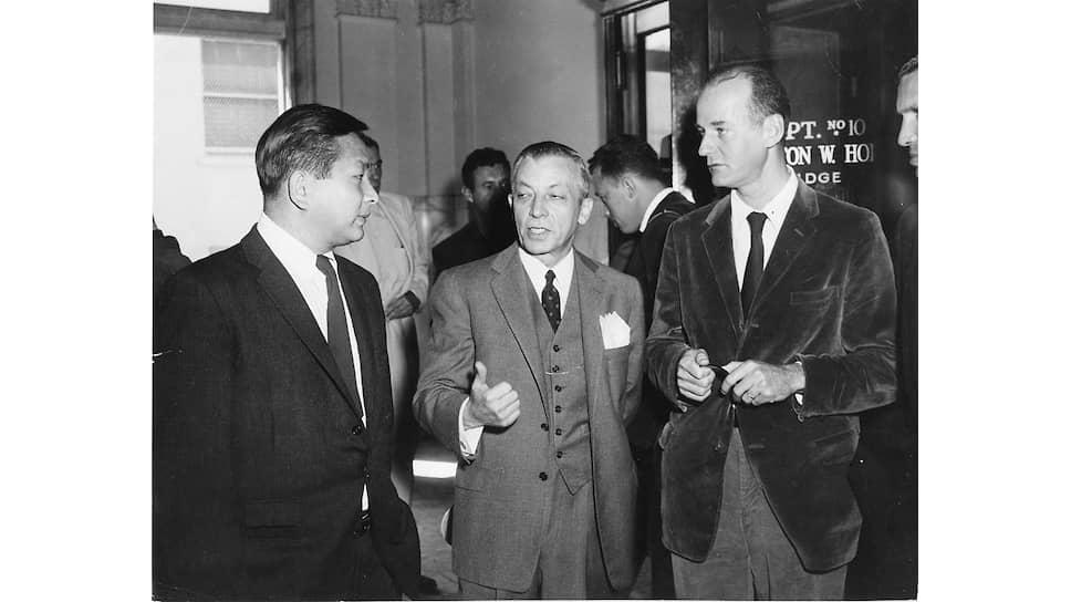 Арестованный продавец City Lights Шигейоши Мурао, адвокат Джейк Эрлих и Лоуренс Ферлингетти в суде, 1957