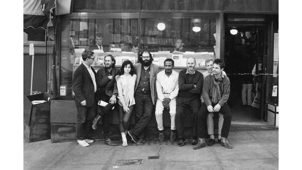Аллен Гинзберг (в центре) и Лоуренс Ферлингетти (третий справа) возле магазина City Lights, 1963<br />