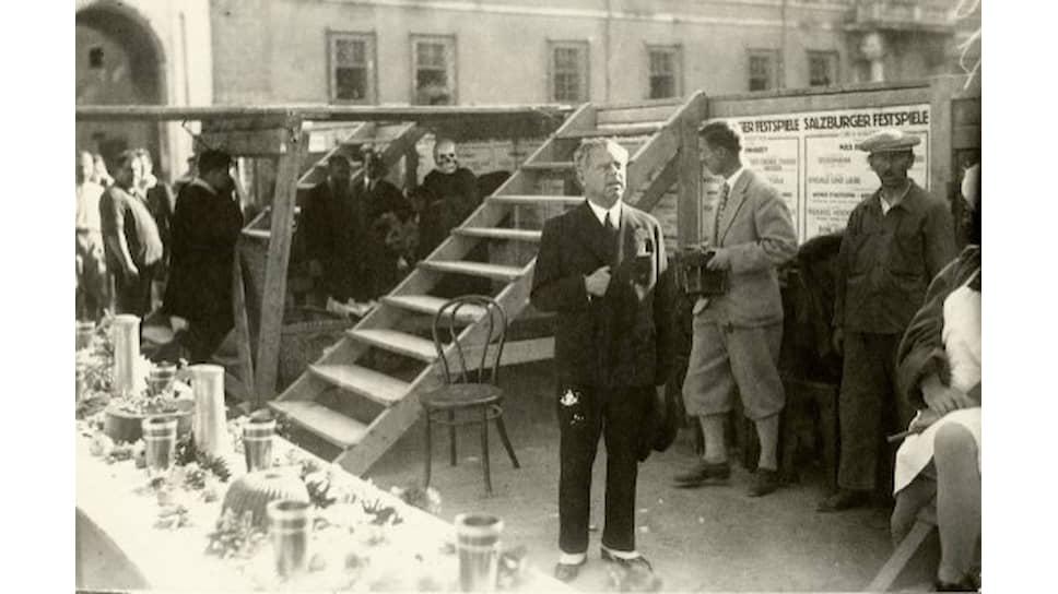 Макс Рейнхардт на репетиции возобновления спектакля «Jedermann» на Соборной площади в Зальцбурге; слева в глубине — актер Алоис Райнер в маске Смерти, одного из главных персонажей пьесы. 1930