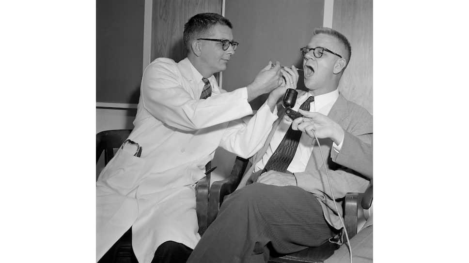 Доктор Гарри Л.Уильямс (слева) и доктор Карл Пфайфер, декан отделения фармакологии Университета Эмори, тестируют ЛСД, 1955
