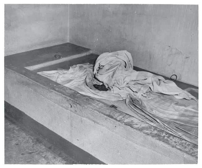 Камера психиатрической больницы Bella Vista в Филадельфии. В марте 1950года в больнице произошел пожар, в результате которого погибли девять пациентов. Пять из них были прикованы наручниками к полу палаты и не смогли выбраться