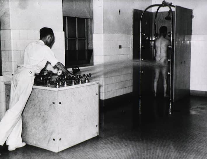 Принудительная гидротерапия в военном психиатрическом госпитале для ветеранов ВМС США в Новом Орлеане, около 1950