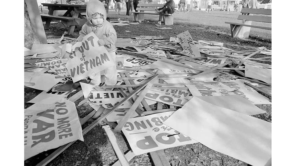 Сын одного из участников протестного марша против войны во Вьетнаме после окончания марша, Окленд, США, ноябрь 1965