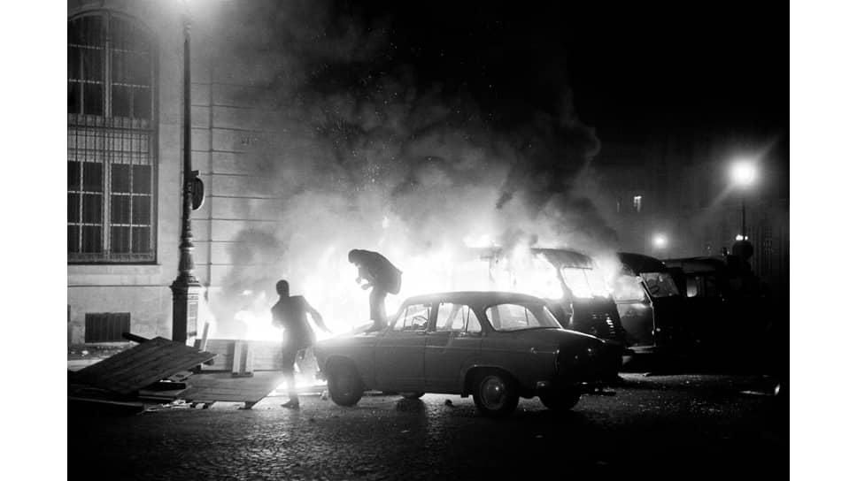Горящие машины перед полицейским участком в Латинском квартале в Париже, июнь 1968