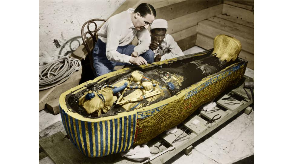 Говард Картер у саркофага Тутанхамона, 1925