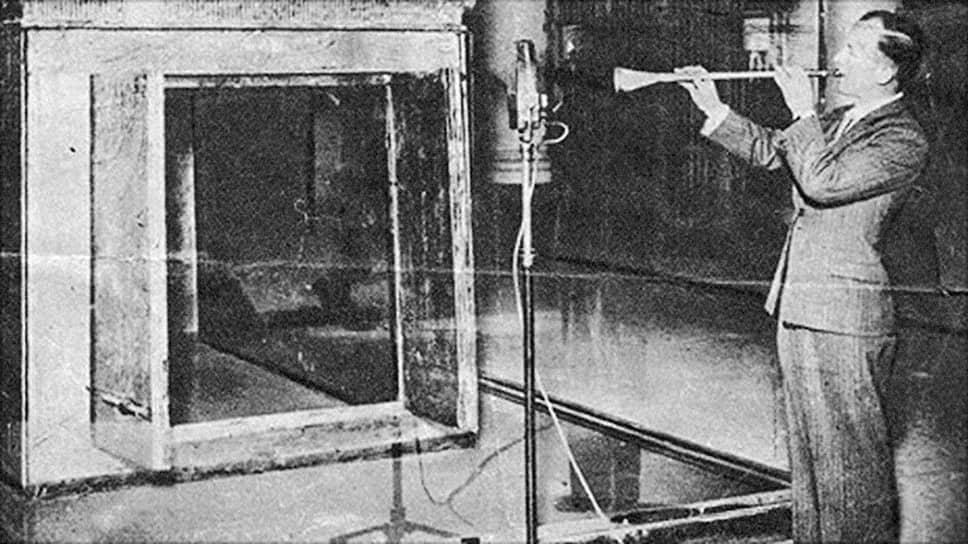 Джеймс Тапперн играет на трубах Тутанхамона, 1939