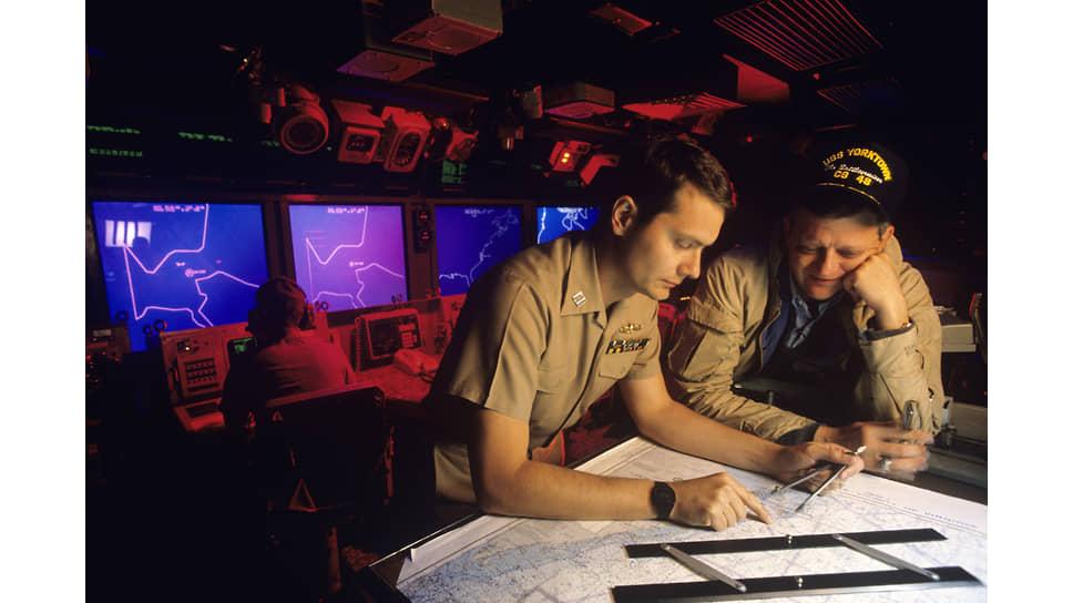 Том Клэнси (справа) на борту ракетного крейсера на военной базе в Норфолке, 1988