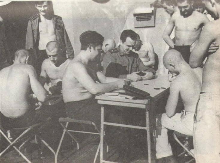 Валерий Саблин (в центре) с матросами на палубе «Сторожевого», 1975