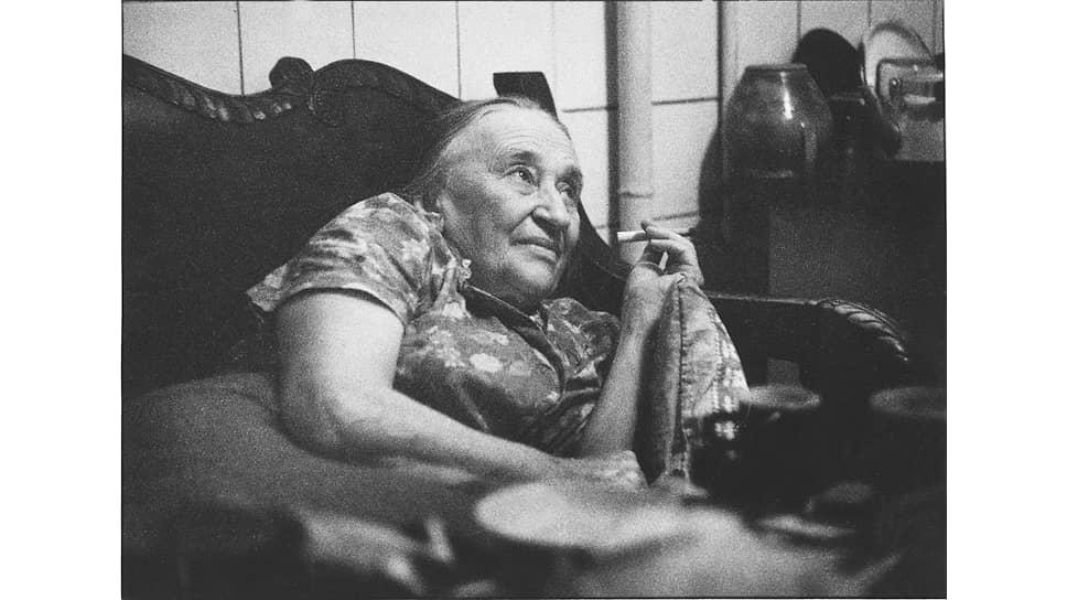 Надежда Мандельштам на кухне своей квартиры в Черемушках, 1970