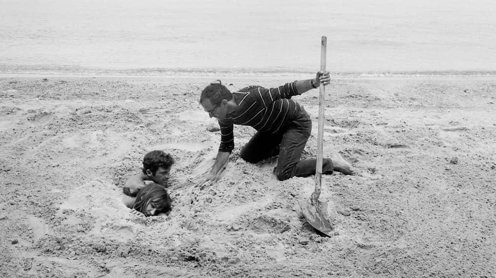 Жан-Люк Годар, Анна Карина и Жан-Поль Бельмондо на съемках «Безумного Пьеро». Остров Поркероль, 1965