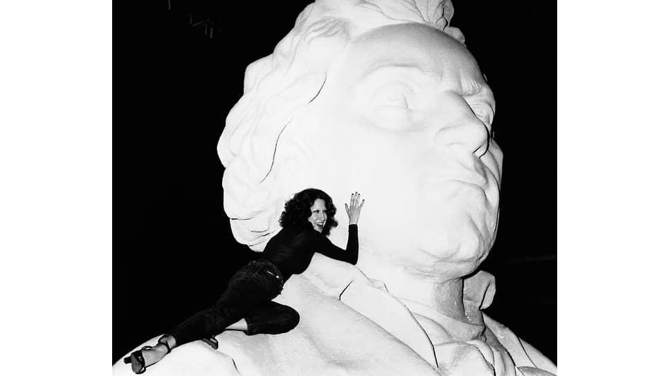 Бетт Мидлер на статуе Людвига ван Бетховена в телестудии под Лондоном, 1973