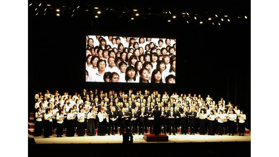 Телемост между Сендаем и Осакой во время исполнения «Оды к радости», посвященного жертвам аварии в Фукусиме, 4декабря 2011года