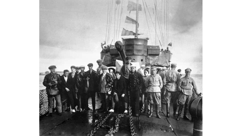 """Съемочная группа """"Броненосца """"Потемкин"""""""" на борту броненосца """"Двенадцать апостолов"""", Одесса, 1925"""