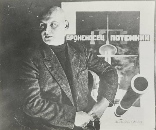 """Александр Родченко на фоне своего постера к """"Броненосцу """"Потемкин"""""""", около 1926"""
