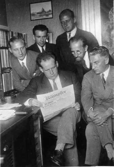 Первый ряд (слева направо): Эдуард Тиссэ, Сергей Эйзенштейн и Григорий Александров в музее-квартире Владимира Ленина в Швейцарии, 1929