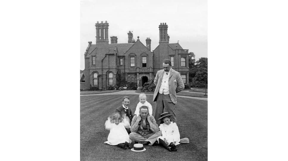Семейная фотография на фоне поместья, 1905