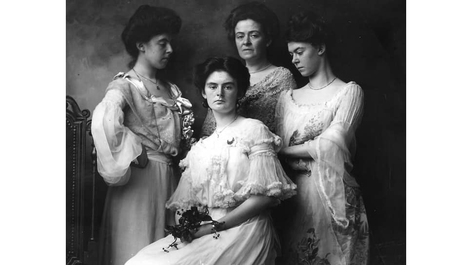 Портрет матери c тремя дочерьми, 1903
